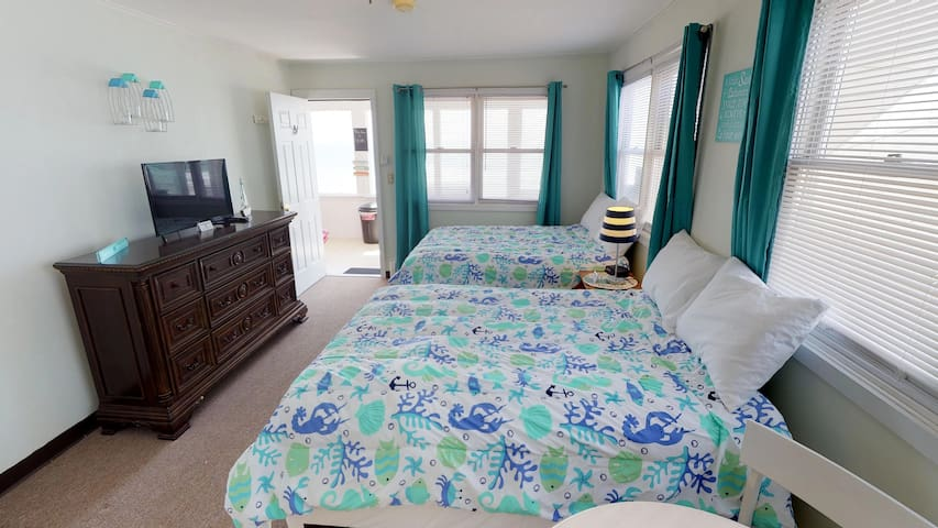 Ocean Front 2nd floor Room! Unit #18 Sleeps 4