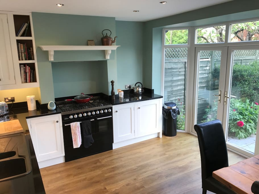 Three bedroom house excellent location houses for rent for Perfect kitchen harrogate
