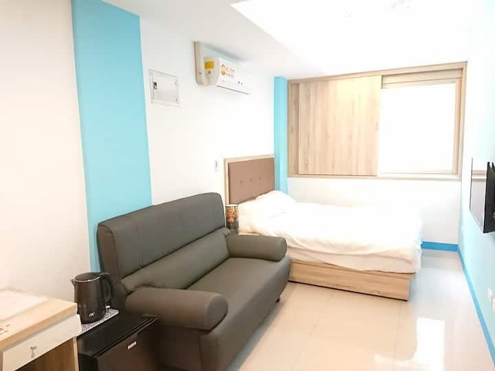 302藝之宿-大窗、獨立衛浴和洗衣機、3樓超大套房、雙人床&雙人沙發、近民權MRT、免費Wi-fi