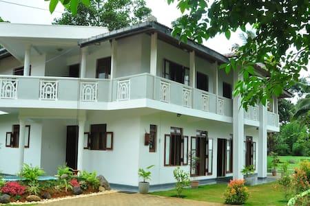 Villa privée avec piscine - Doluwa - 別荘
