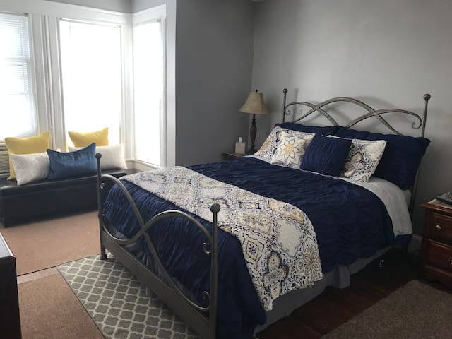 Private Room close to Downtown, City Market, more!