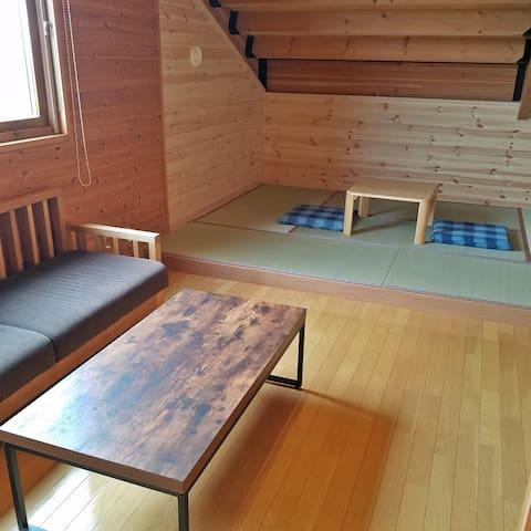 2階 客室B 畳と木のフロアー、ソファー, テーブル付き 寝具:和布団2組(畳にセットします)  Room B: Japanese tatami floor with set 2 futons and wooden floor with table and sofa.