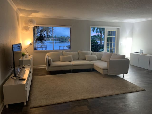 Lakefront Apartment, Kitchen, Laundry & much more.