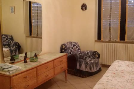 camera spaziosa anni '60 in casa d'epoca a Brebbia - Brebbia - Appartement
