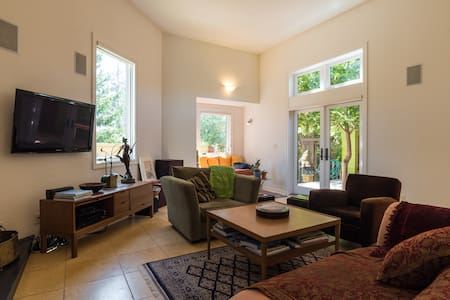 MODERN HOME with private fenced gardens! - Novato - Haus