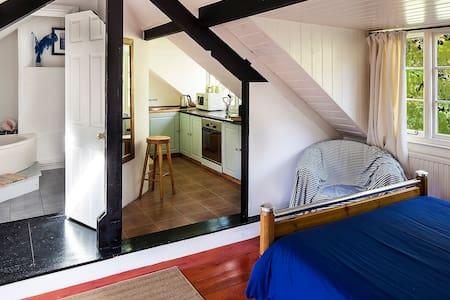 Small top floor apartment, sleeps 3 - Uplyme - Huis