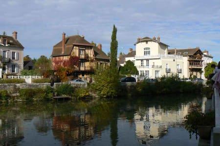Big flat in a villa - brink of the Seine river - Samois-sur-Seine - บ้าน