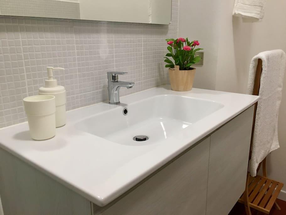 Primo bagno previsto di doccia, wc e lavandino