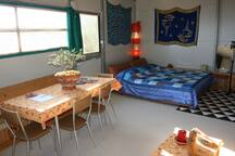 """Berry aprile 2017 This is a great place to stay. You spend the night in a self-built cabin on the hillside of the mountain with a beautiful view over the sea. Manuela is a fantastic cook! Eight stars! A """"simple"""" vacation, with sea, walking, fine food, modern art and two great hosts and their lovely son. We definitely want to come back. We had a really great time on the mountain. Thank you! ********"""