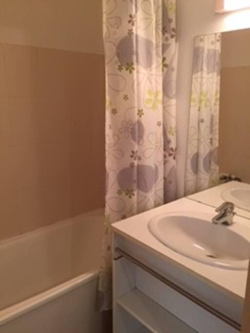 salle de bains avec baignoire