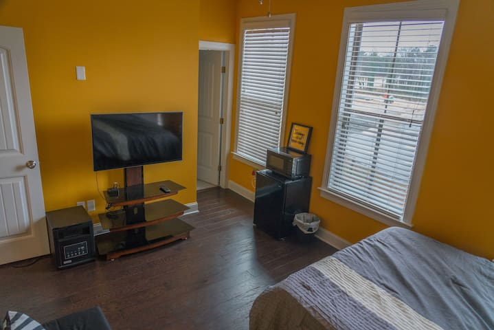 Suite room, walking Distance to Marta (Subway)