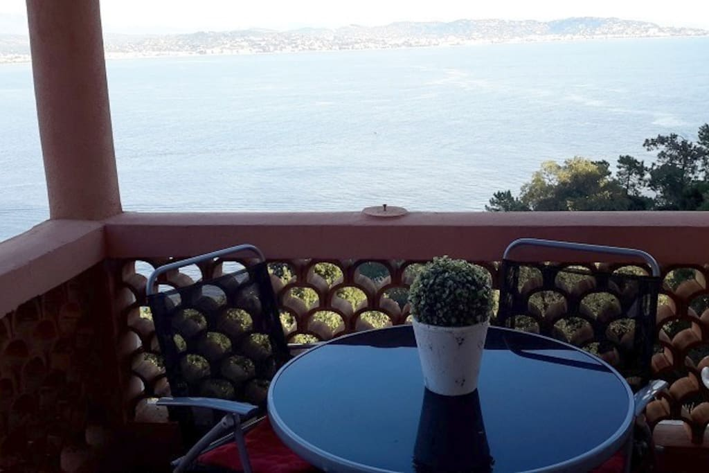 Le balcon avec vue panoramique sur la baie de Cannes