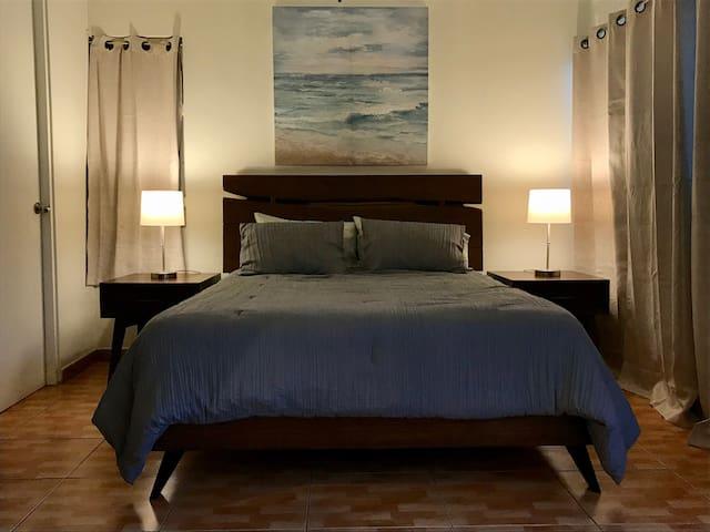 Queen size solid wood bed with high quality mattress. Bedside table lamps with USB connection. Cama queen de madera sólida con mattress de alta calidad.  Lámparas mesita de noche con conexión USB.