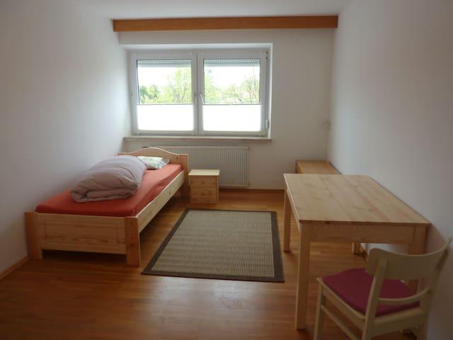 WG-Zimmer Nr. 3 mit TV, Küche, Bad nähe München - Aresing - Huoneisto