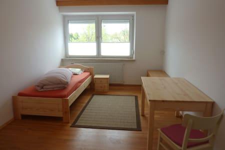 WG-Zimmer Nr. 3 mit TV, Küche, Bad nähe München - Aresing - 公寓