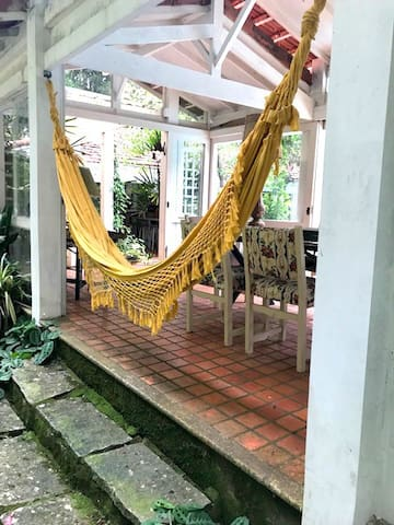 Casa acolhedora cercada de verde - Itaipava