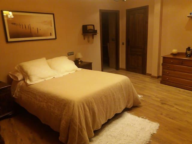 Habitación espaciosa y confortable.
