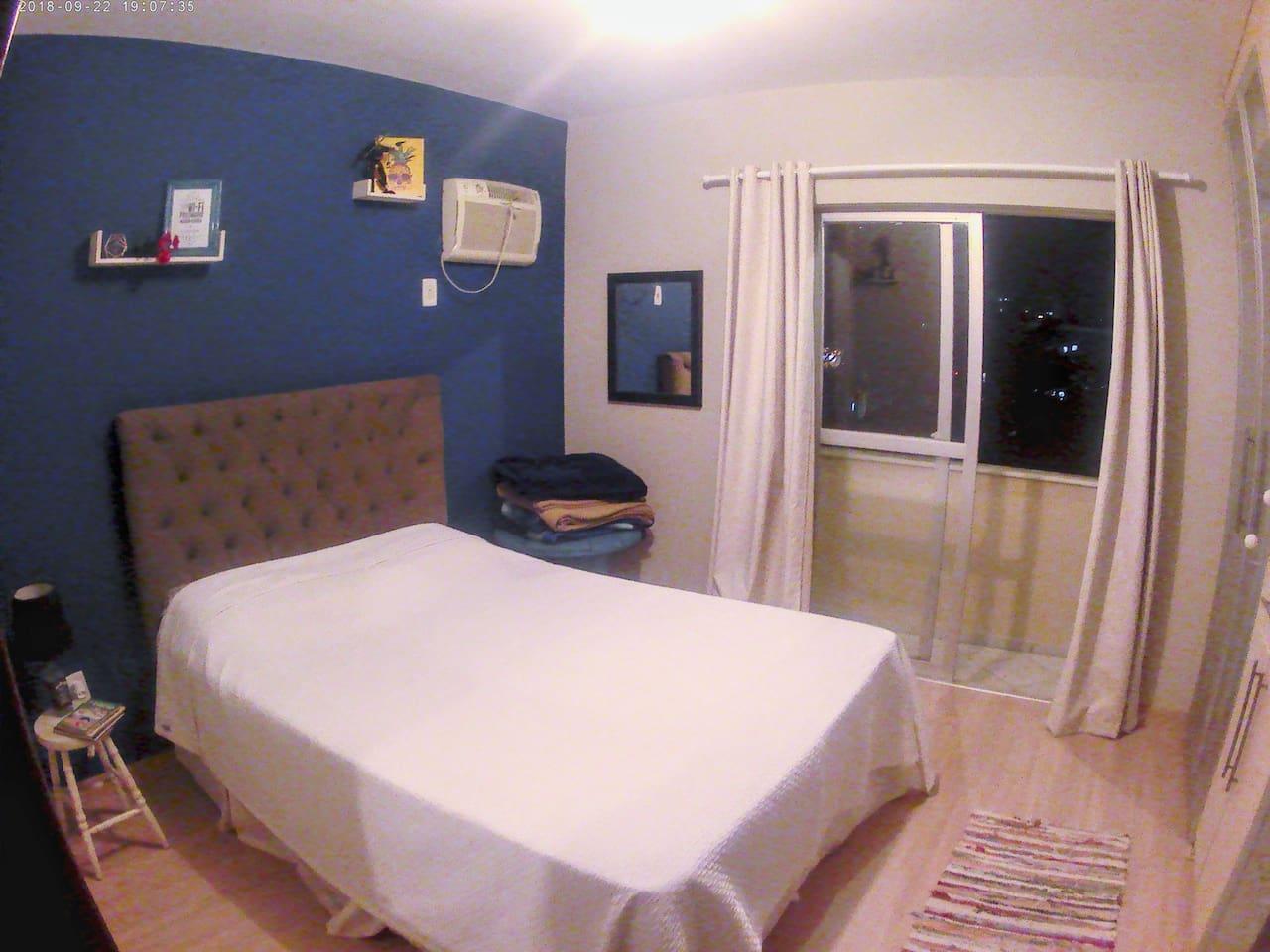 O quarto conta com uma cama de casal super confortável, um abajur de leitura e o mais importante: tomada do lado da cama! Há espaço para um colchão inflável no chão para acomodar uma terceira pessoa.