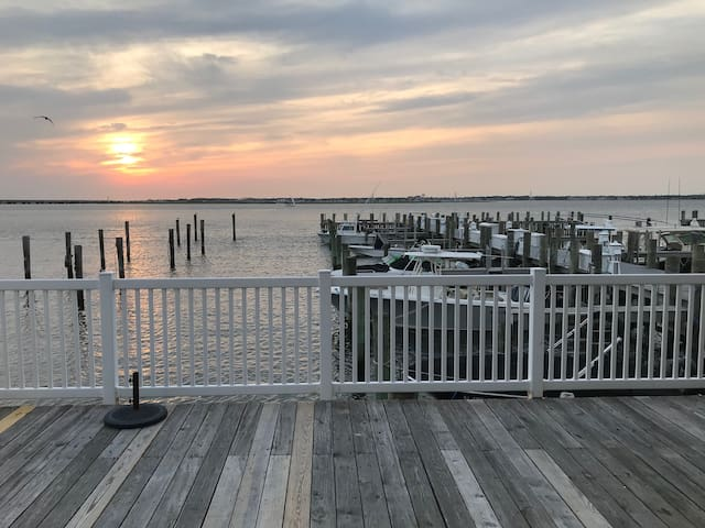 Waterfront condo & spectacular sunset views