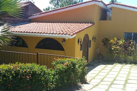 ECO MOUNTAIN VILLA  / 3 Bedrooms/ Sleep 10 - San José de las Matas - Huvila