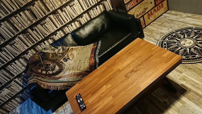 復式老屋  密碼門鎖 雙4K電視 一房一廳 奶茶色全花磚浴室