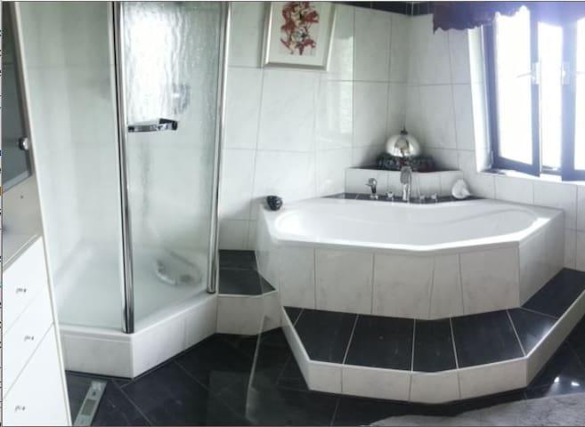 Zimmer mit neuem Marmorbad - Regenstauf