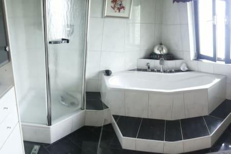 Zimmer mit neuem Marmorbad - Regenstauf - Hus