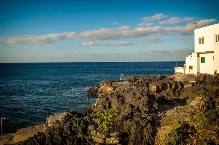 COZY BEACH HOUSE RIGHT AT THE WATER • smallvillage - Santa Cruz, Teneriffa - Talo