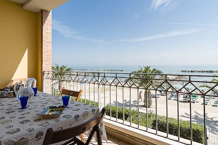 Sea-front apartment. terrace. 6 sleeps