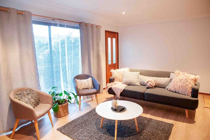 Bright 3 Bedroom Apartment - Walk to Manly!
