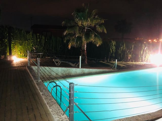 Out of town, clean b&b prívate pool, free parking