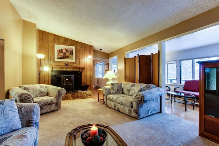 Comfortable lakeview home with pool table & boat slip - dogs welcome!