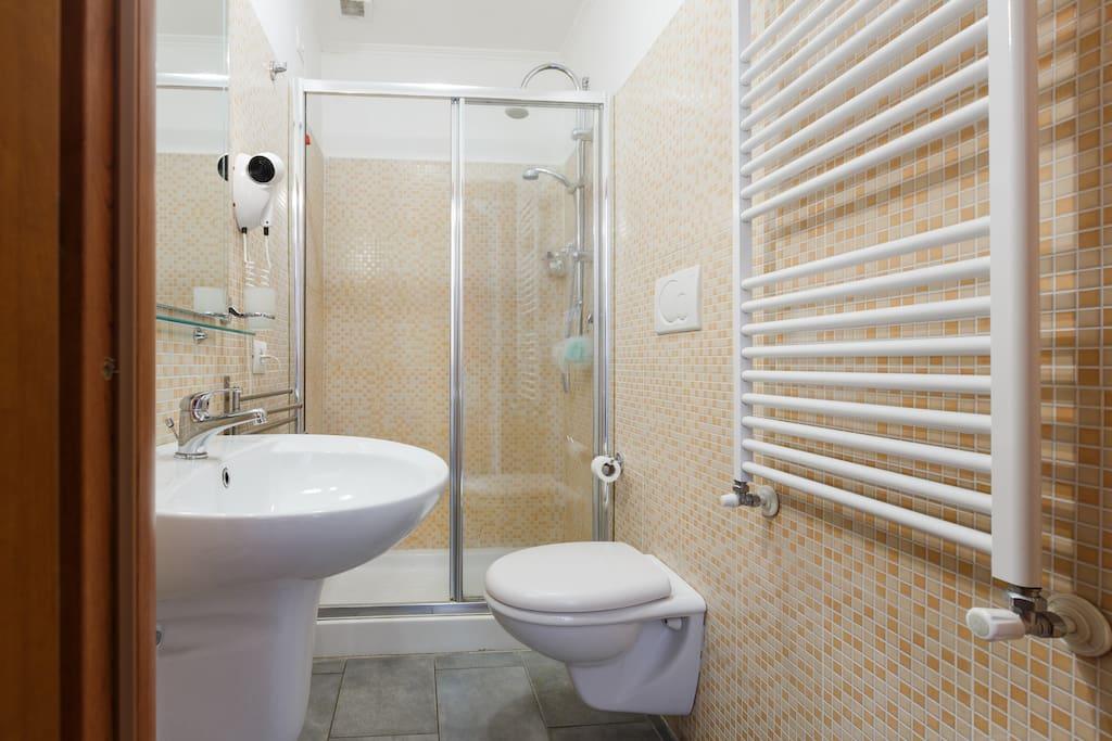 Camera doppia con bagno privato pernottamento e - Stanza bagno privato roma ...