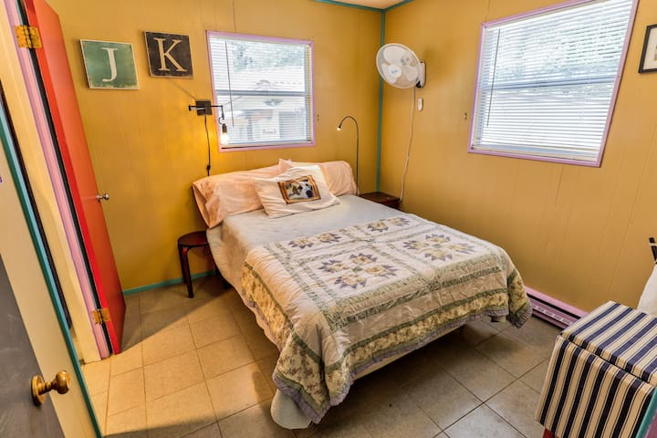 Wonderful full bed with Tempur-Pedic mattress.