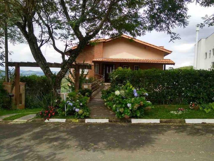Casa de campo com piscina- condomínio em São Roque