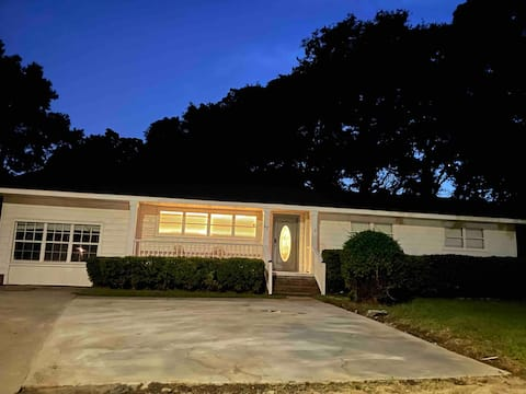Midtown beauty! 3/2 close to fun and safe area!
