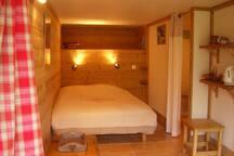 La chambre d'hôte, cosy et confortable. Face à la montagne