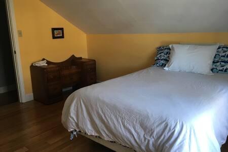 Close to Mt. Washington - Farm Stay - Sunny Room - Courtenay