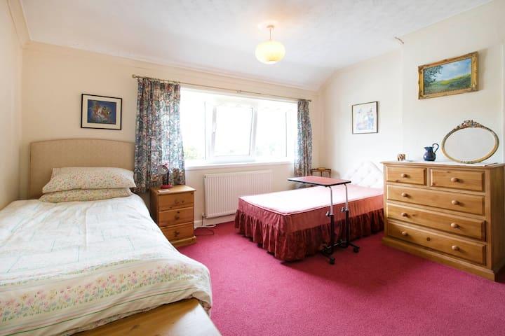 Twin bedroom (west-facing).