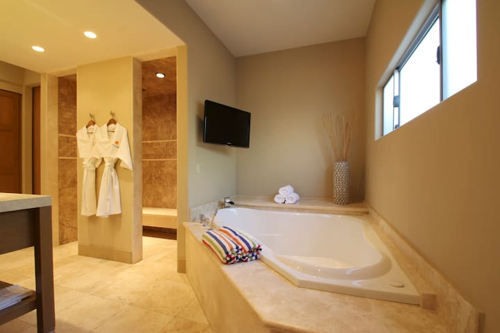 *VIP Suite* Poolside KING In-RoomJacuzzi XL Living