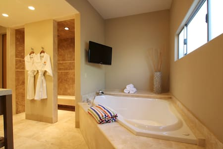 AdultsOnly *VIP Suite* Poolside KING IndoorJacuzzi