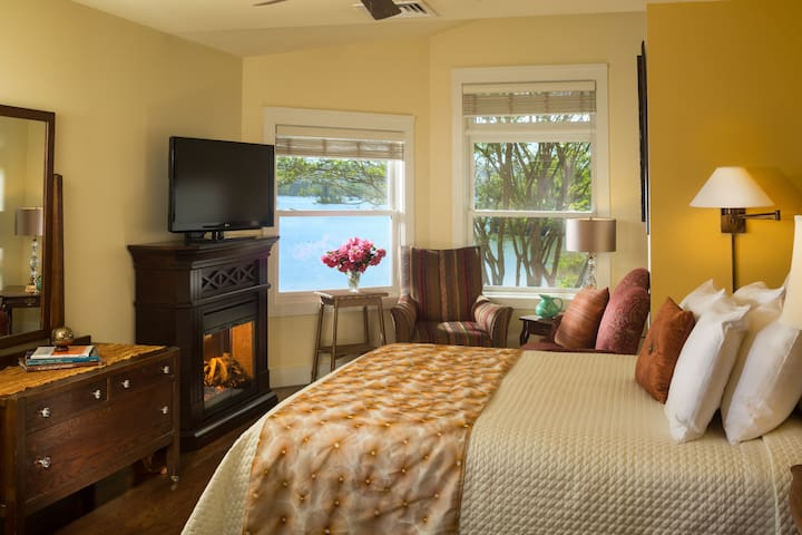 Queen Deluxe Room at Luxury Lakefront Inn - Lake Hamilton - Boutique hotel