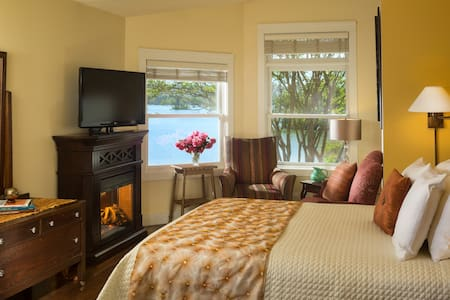 Queen Deluxe Room at Luxury Lakefront Inn - Lake Hamilton - Boutique-hotelli