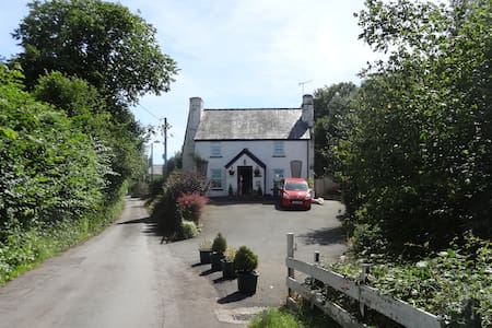 Fir Tree Cottage, a 17th century riverside cottage - Talgarth - Hus