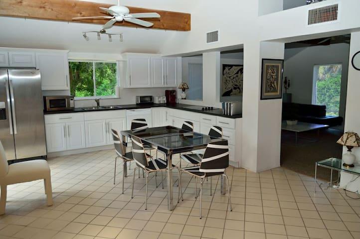 Relaxing Siesta Key Retreat 4BR/3BA - Sarasota - Hus