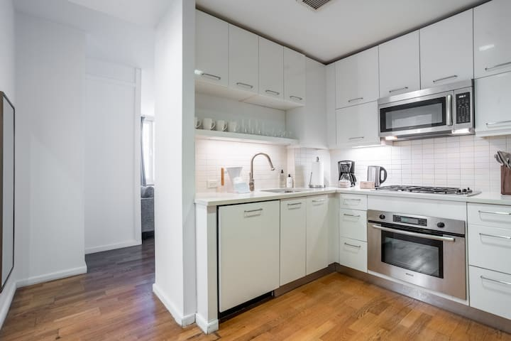 Stylish 1BR in Midtown, Gym + Rooftop
