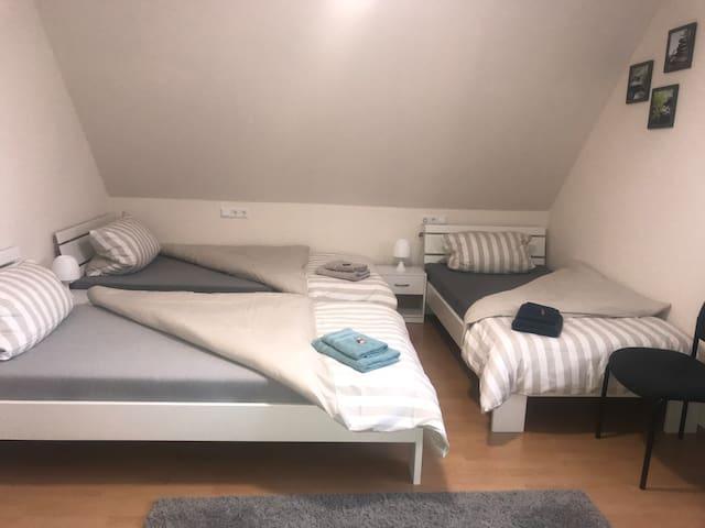 2. Gemütliches Zimmer für 3! 3 Zimmer vorhanden
