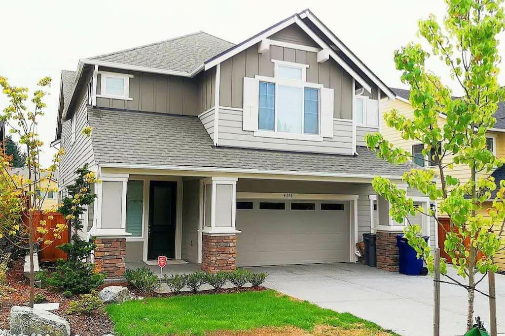 这是一栋全新别墅,小区非常安静优雅,有三个室内车库,6个室外停车,非常方便停车。