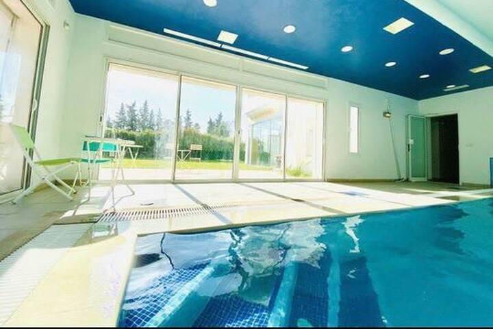 Coquette villa haut standing ,piscine couverte