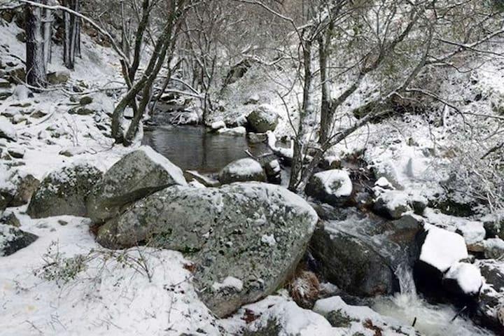 Antigua casa de piedra rehabilitada, gran jardín - Peguerinos - กระท่อมบนภูเขา